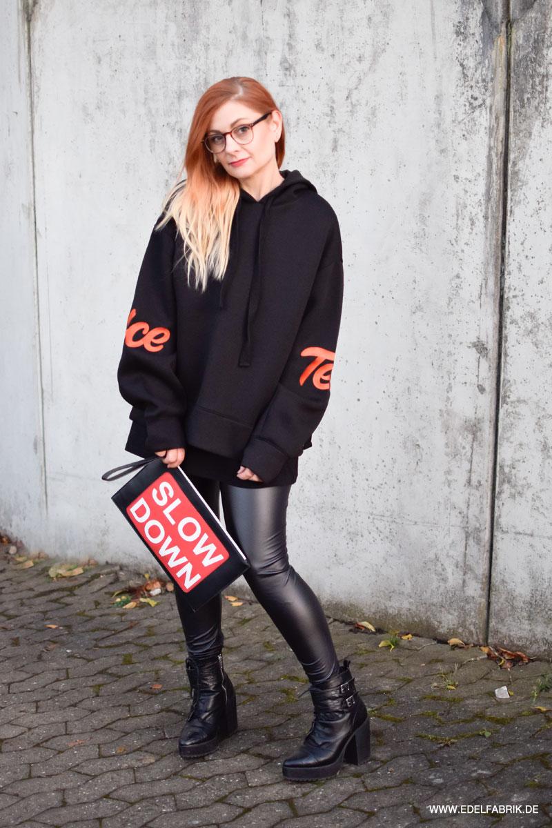 schwarze Lederleggings kombinieren, Outfit für Frauen über 40