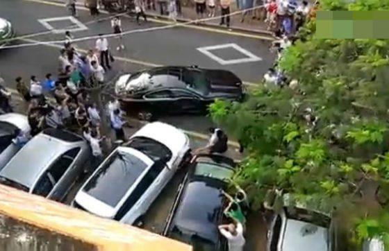 Parkir Sembarangan, Pengemudi Range Rover Tabrak Jaguar di Parkiran