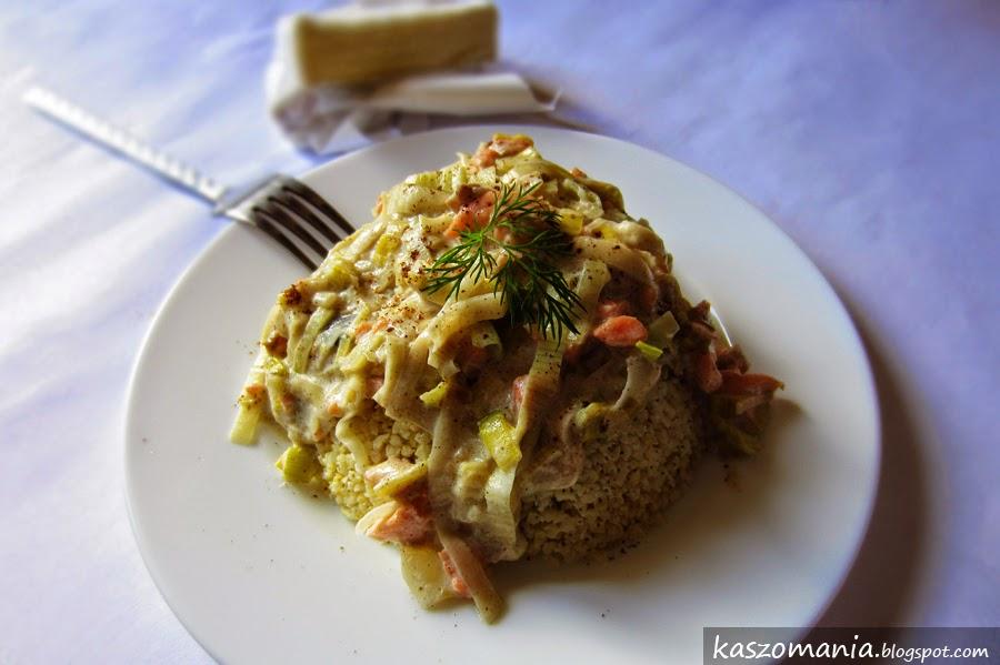 Kasza jaglana z sosem z porów i łososia