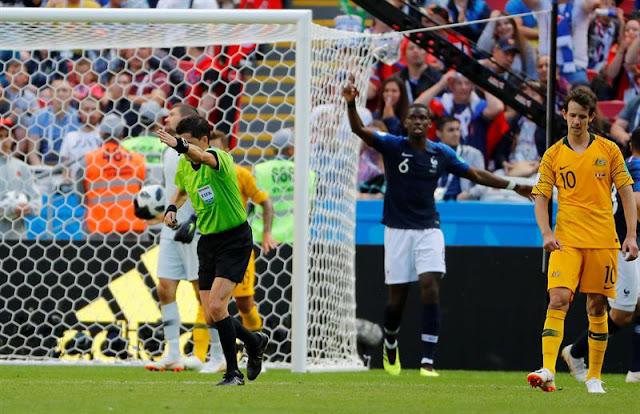 Árbitro aponta o centro do gramado após chute de Pogba, garantindo o segundo gol da França contra a Austrália