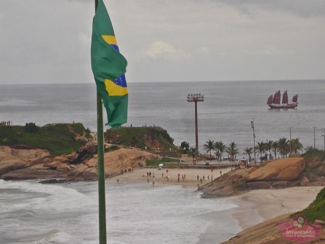 Réplica da Nau imperial navega na praia de copacabana