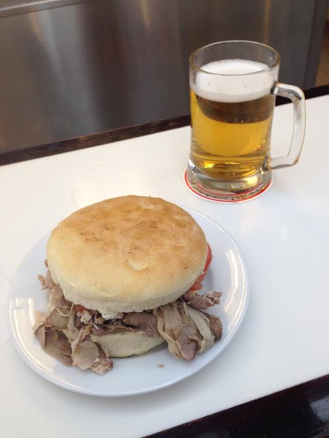 Fuente Alemana - sanduíche de lomo e cerveja artesanal própria.