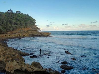 Pantai Watu Lawang merupakan bagian paling ujung timur dari Kawasan Ngliyep. Foto oleh @leldhit