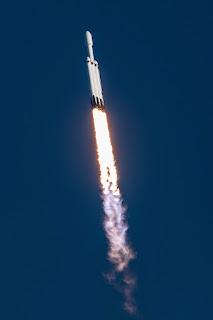 Przy nienagannej pogodzie, w nienagannej kondycji technicznej, Falcon Heavy mknie ku przestrzeni kosmicznej. Credit: Walter Scriptunas II