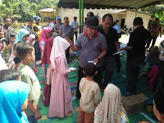 Kapolres Asahan AKBP Faisal Napitupulu dan Sekda Taufik ZA memberikan santunan pada anak yatim.
