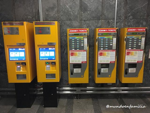 Máquinas para comprar los billetes en el metro