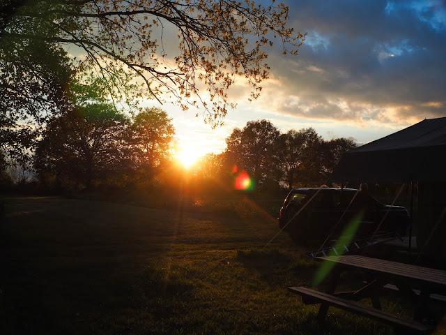 avondzon op kampeerveld