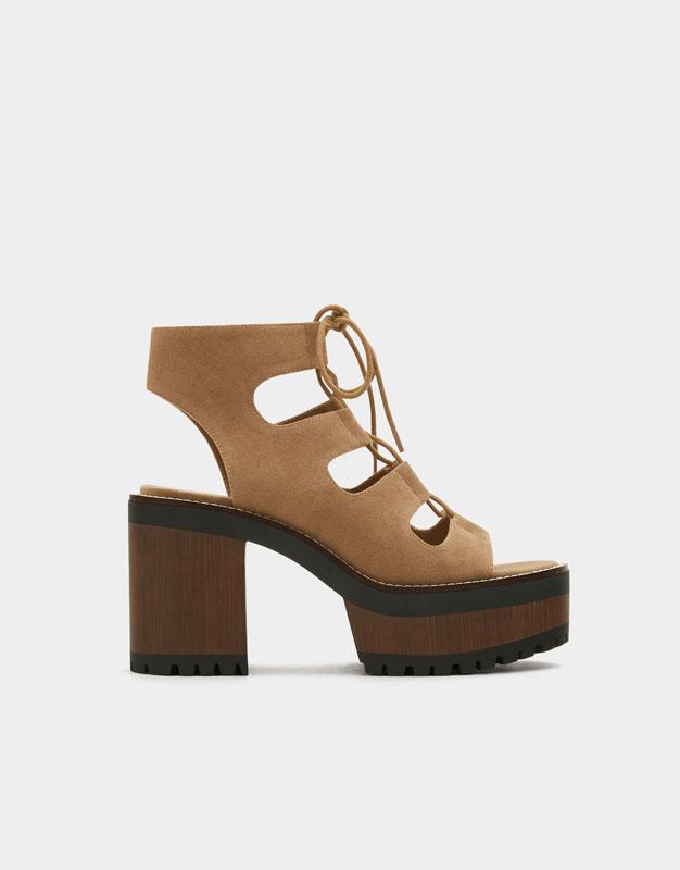 https://www.pullandbear.com/lu/femme/chaussures/tout-afficher/sandale-bloc-%C3%A0-lani%C3%A8res-c670007p500603502.html?cS=107#