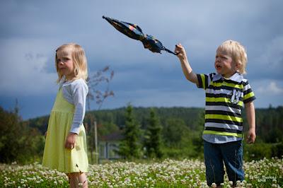 Saana ja Otso sekä sateenvarjo - Doukas Arts
