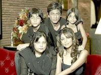 Shahrukh Khan dengan adiknya, istri dan anak-anak