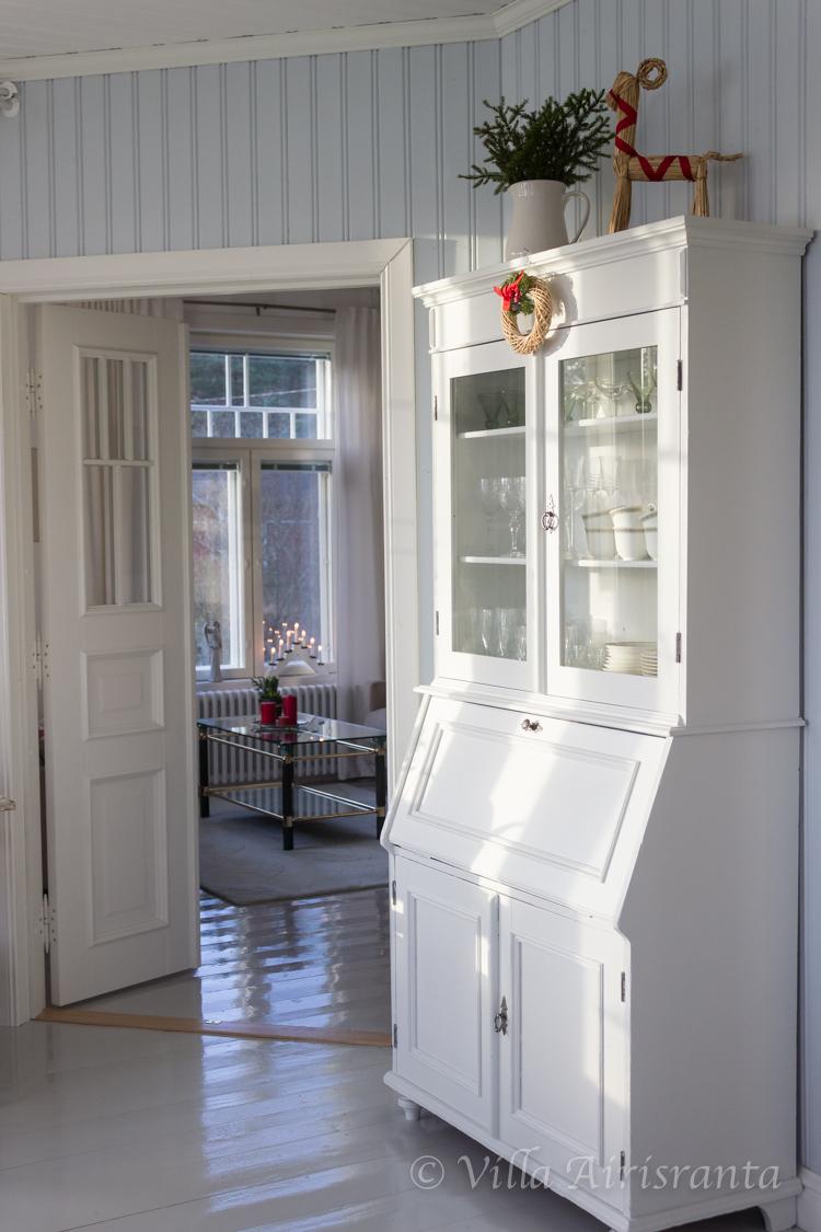 vanha astiakaappi, beautiful home, valkoinen sisustus, maalaisromanttinen sisustus, joulutunnelmia