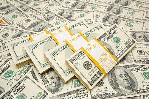 Bir müslümanın bankada parası var ve bu paraya faiz işliyor. Bu müslüman bu faiz olan parayı alıyo ve niyeti zekat ve sadaka değil kendinden çıkması için ve müslümanların işi görülsün diye onlara harcamak istiyor. Bu caiz midir bu işin doğrusu nasıldır ?