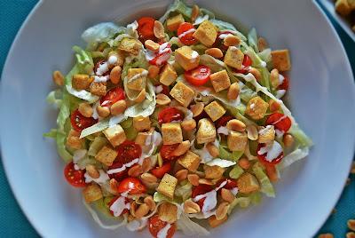 Sałatka ze smażonym tofu i jogurtowym sosem