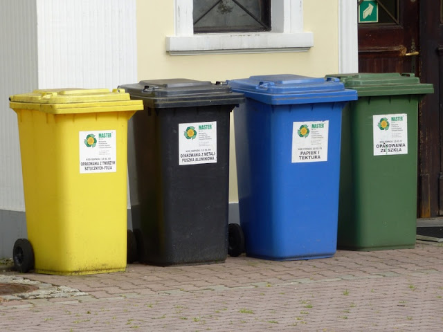 Imagem com containers coloridos para reciclagem de materiais
