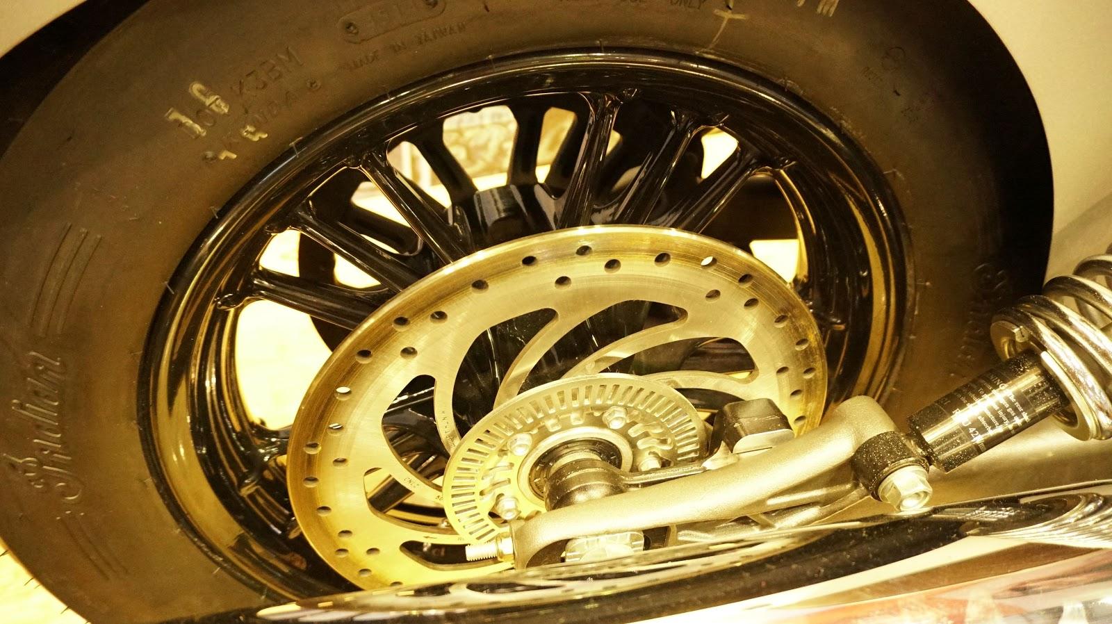 Bánh sau một phanh đĩa, ống xả kép dài sáng bóng ấn tượng