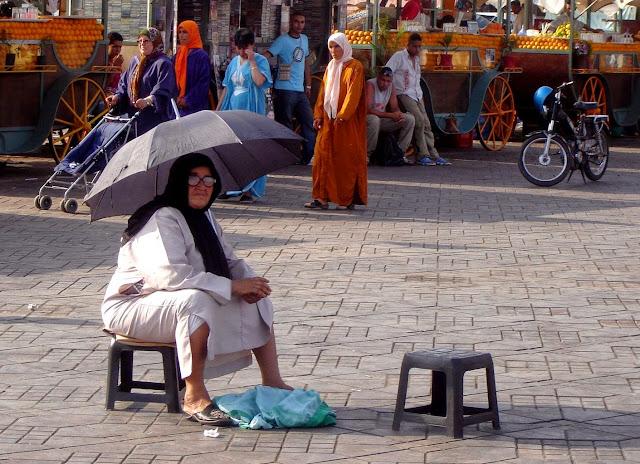 Kobieta na Jemaa El Fna w Marrakeszu