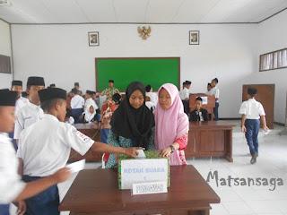 Prosess pemilihan ketua dan wakil ketua OSIS MTsN Model Babakan secara langsung