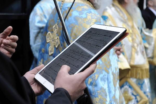 Το «Άγιο» τάμπλετ ! η εκκλησιά στην εποχή της τεχνολογίας