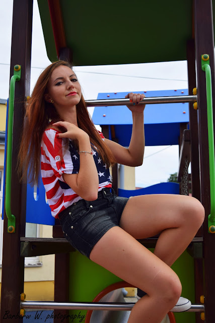 22.08.2015 cz.3 Bluzka flaga amerykańska opadające ramię, czarne trampki wężowa skórka, czarne spodenki z brokatem, Sesja na placu zabaw w Mielcu