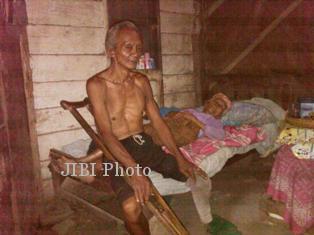 Suami dengan satu kaki merawat istrinya yang lumpuh