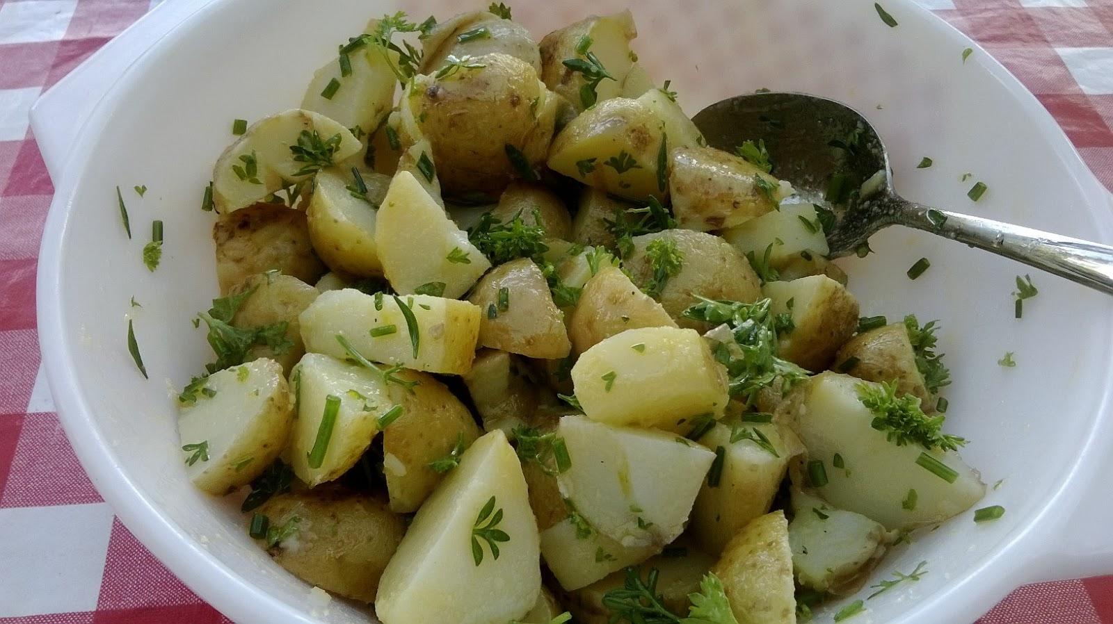 perunasalaatti uusista perunoista öljy