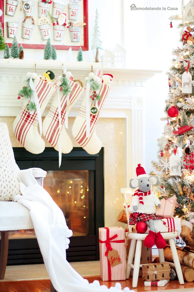 Red and White Christmas Tree - Remodelando la Casa