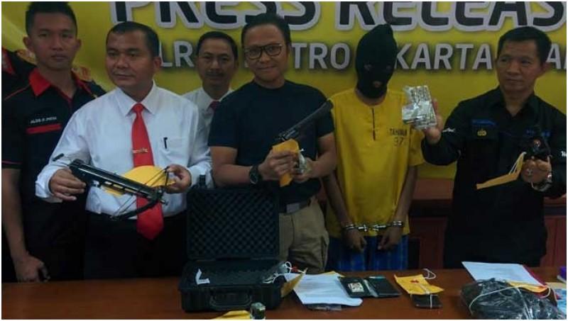 Polisi memperkenalkan Faizal Rachman dan barang bukti