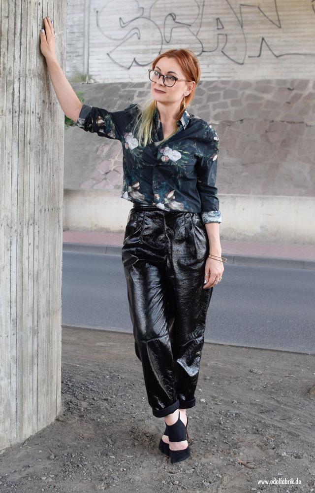 schwarze Lacklederhose von H&M lässig kombiniert