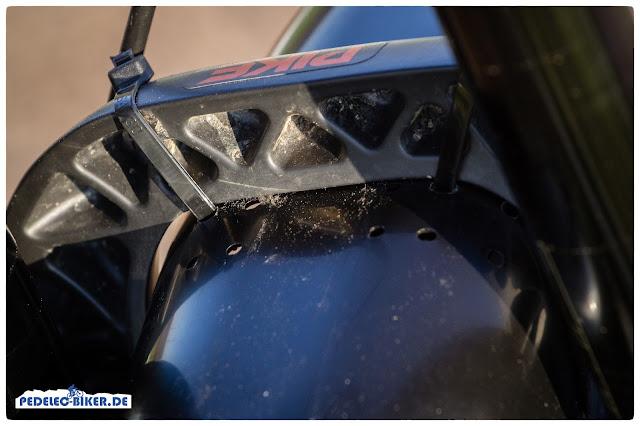 Diverse Löcher am Spritzschutz ermöglichen unterschiedliche Arten der Befestigung und machen den Mudhugger passend für fast jedes eMTB.