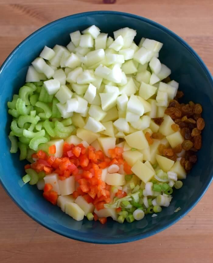 Ingredientes para la ensalada de papas y manzana, se pica todo y se coloca en un tazón para agregar el aderezo