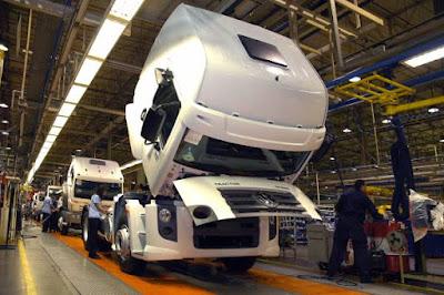caminhão na linha de produção