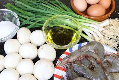 Ingredientes para revuelto de ajetes, champiñones y langostinos