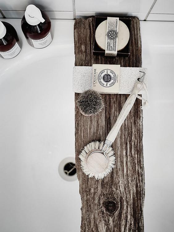 tabla madera bañera jabon decorar baño pequeño interiorsmo piedra pomez, alquimia deco, interiorista barcelona
