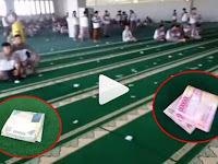 Banyak Uang Ratusan Ribu Berserakan Di Karpet Masjid, Yang Dilakukan Para Jamaahnya Mengejutkan