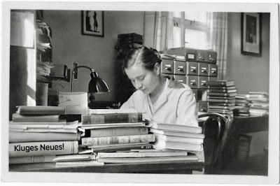 Lesende inmitten von Büchern
