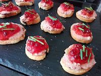 Tostadita de foie con mermelada de tomate y perlas PX.