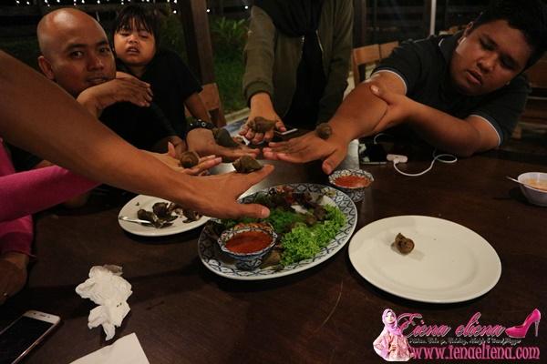 Cik iena dan rakan-rakan menikmati makanan Eksotik Siput Laut.