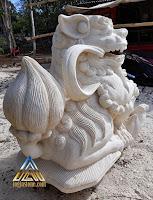 Patung foo dog dibuat dari batu putih, batu paras jogja, batu alam asal gunungkidul, yogyakarta.