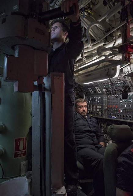 Un oficial observa por el telescopio de vigilancia. CARMEN SECANELLA