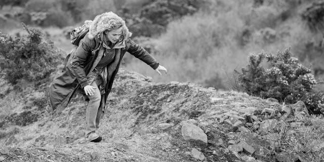 Bella (Maxine Peake) fuit dans la lande dans l'épisode Metalhead (4.05) de la série Black Mirror, créée par Charlie Brooker (2011-)