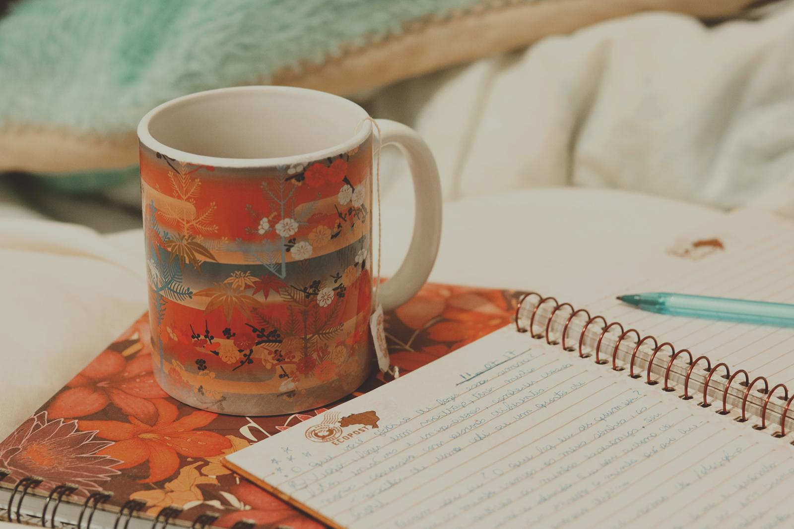 escrevendo e tomando chá
