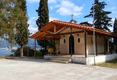 Το αδιαχώρητο στο εκκλησάκι του αγίου Νεκταρίου, πάνω από τη θάλασσα της Ηγουμενίτσας