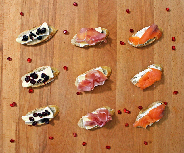 Καναπεδάκια με Σολωμό, Προσούτο, Cranberries και Γαλλικά τυριά / Canapes with smoked salmon, prosciutto, cranberries and French Cheeses