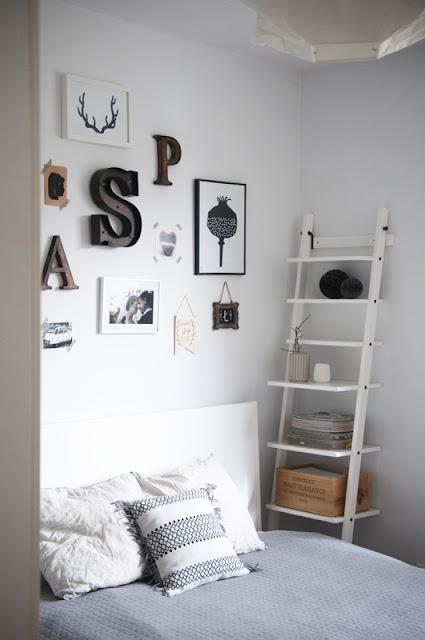 galeria nad łóżkiem biała sypialnia styl skandynawski