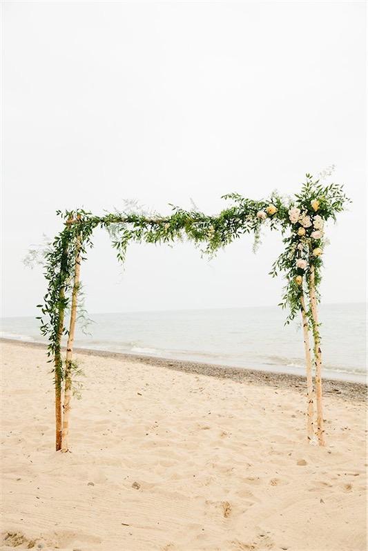 altar de flores en la playa chicanddeco