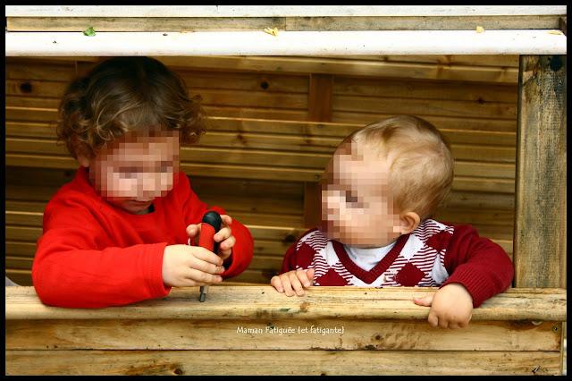 enfants cabane bois