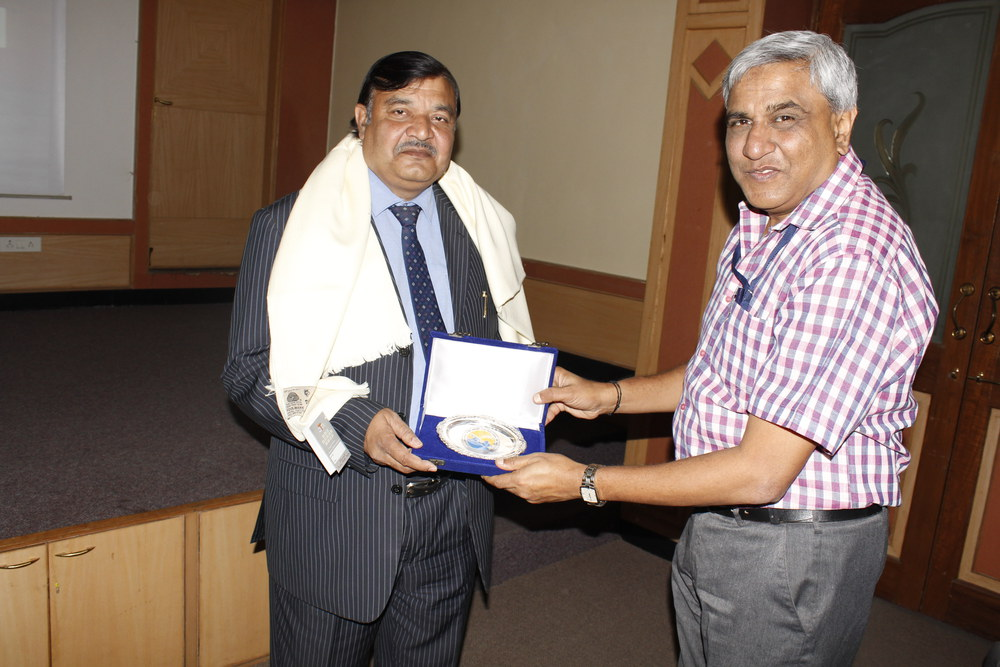 IITM Director Dr. Ravi S. Nanjundiah (right) presenting a memento to the invited speaker Dr. Manoj K. Patairiya