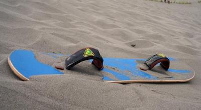 Perlatan bermain Snowboarding di gumuk pasir Bantul