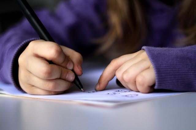 Escrever à mão é importante para o cérebro, dizem estudos