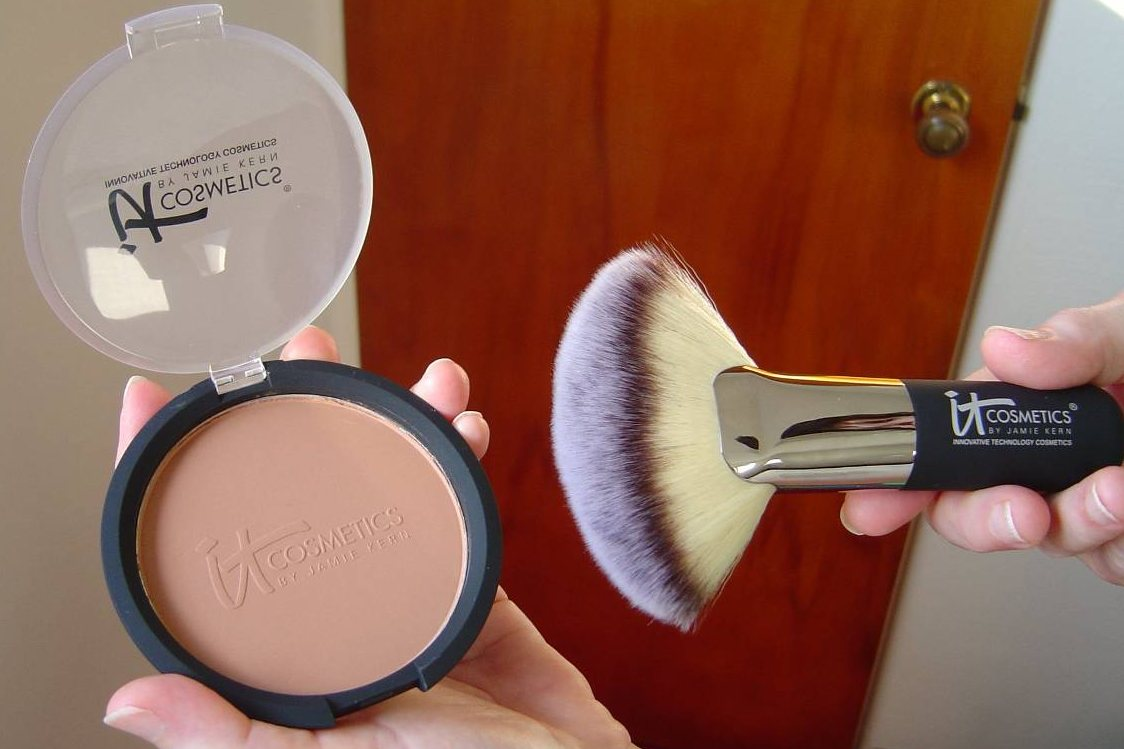 IT Cosmetics Vitality Glow Anti-Aging Matte Bronzer and the Heavenly Luxe Mega Fan Brush.jpeg